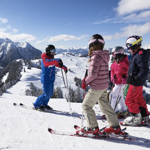 Our ski instructors give important tips on skiing technique in groups